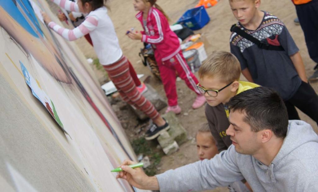 dziewczynka maluje mural
