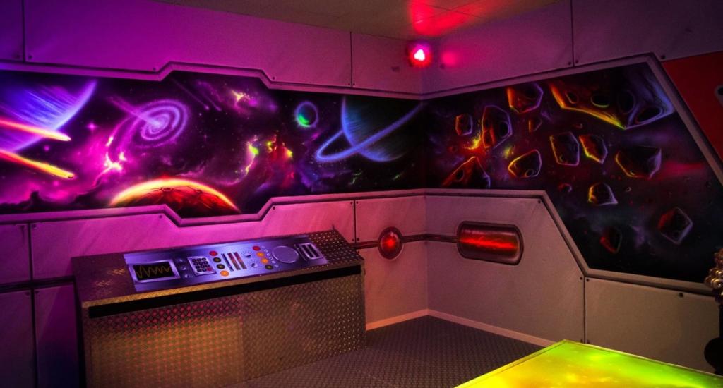 Statek kosmiczny, malarstwo ultrafioletowe, farby UV