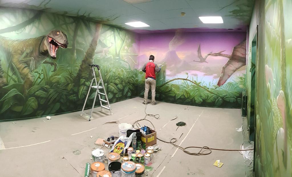 w pracy, podczas malowania, malujemy dżungle