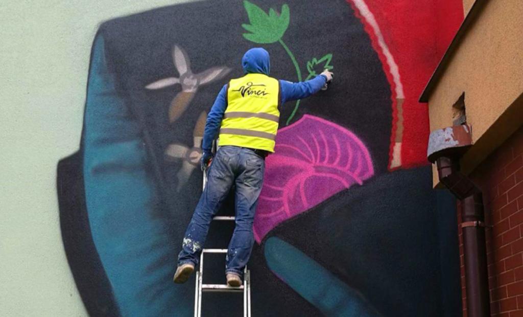 praca na drabinie, mural w drodze