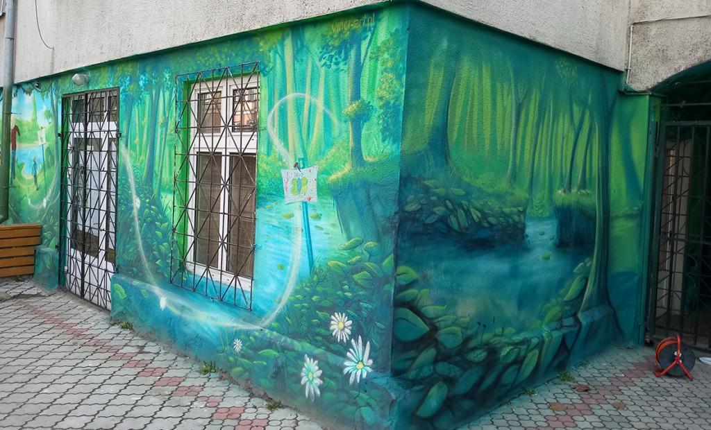 dziecko maluje na ścianie