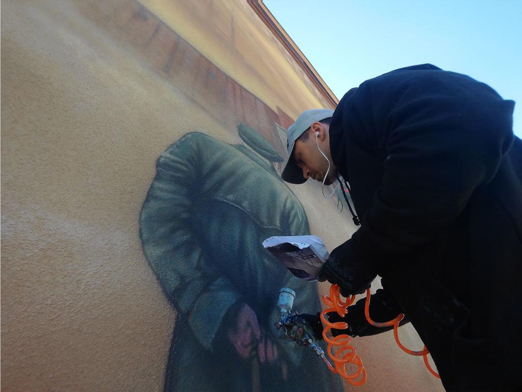 Vinci maluje, w trakcie pracy, malujemy mural