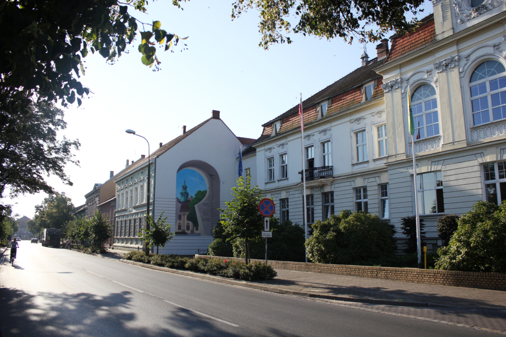 mural dopasowany do elewacji budynku, elegancki mural,