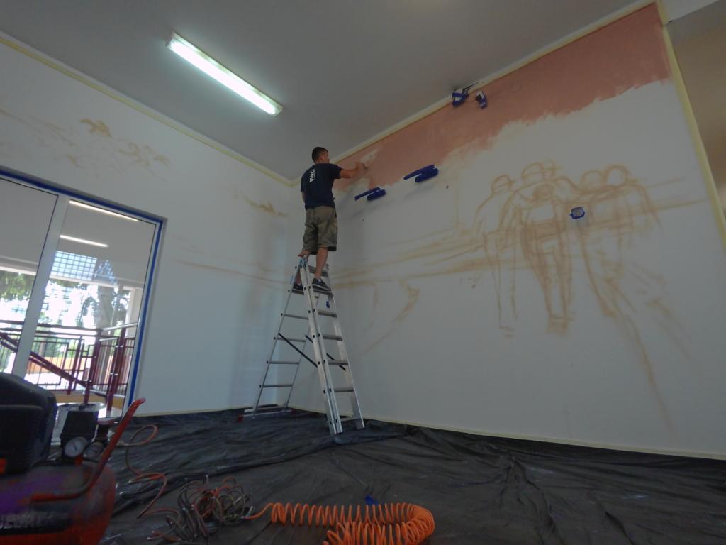 praca przy malowidle ściennym