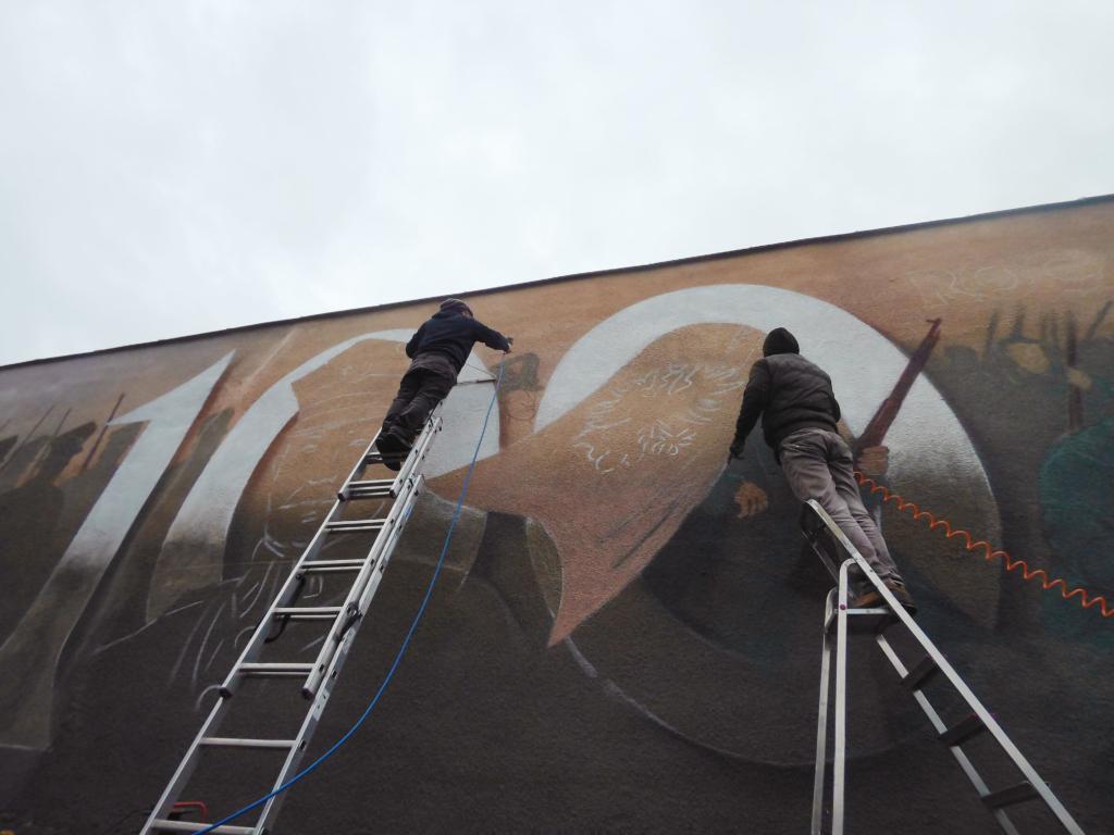 praca przy muralu