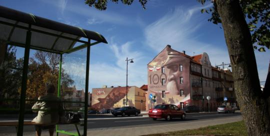 mural, piłsudski, niepodległa, 100 lat, Ełk, centrum miasta, szarża