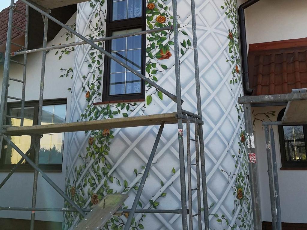róże pnące, malowidło, elewacja domu
