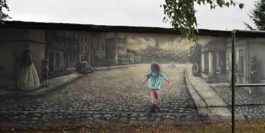 dziewczynka biegnie mural