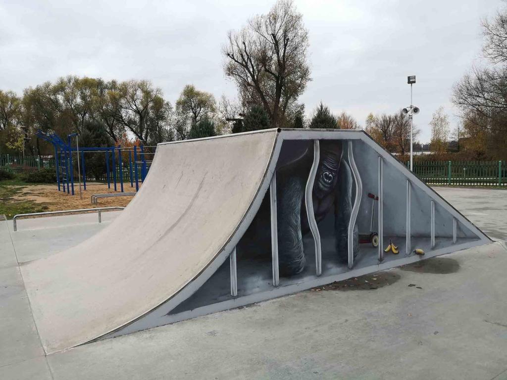 goryl namalowany na rampie w skate parku