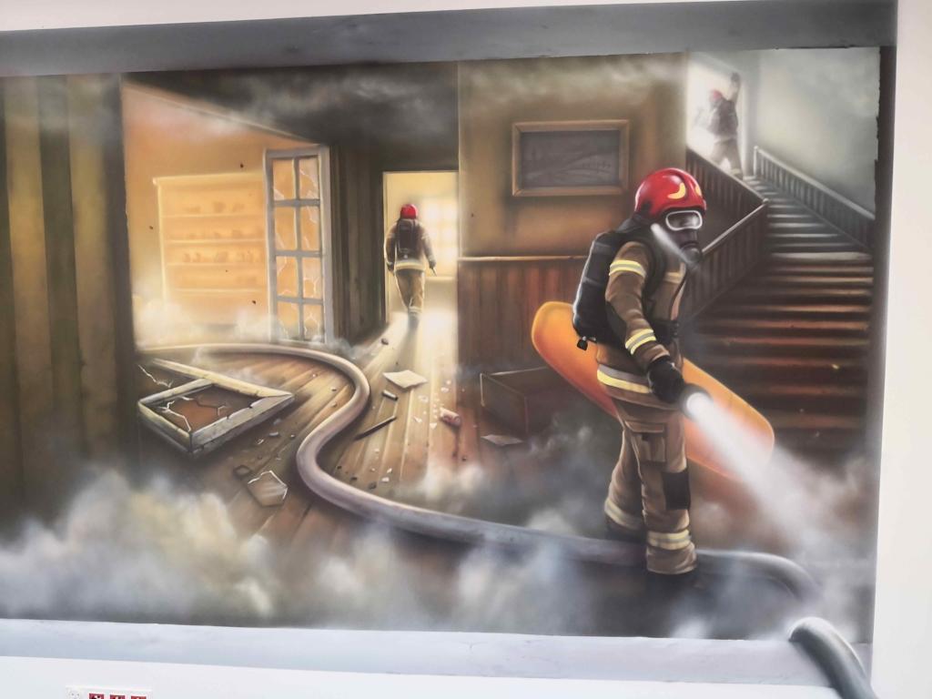 strażacy w budynku