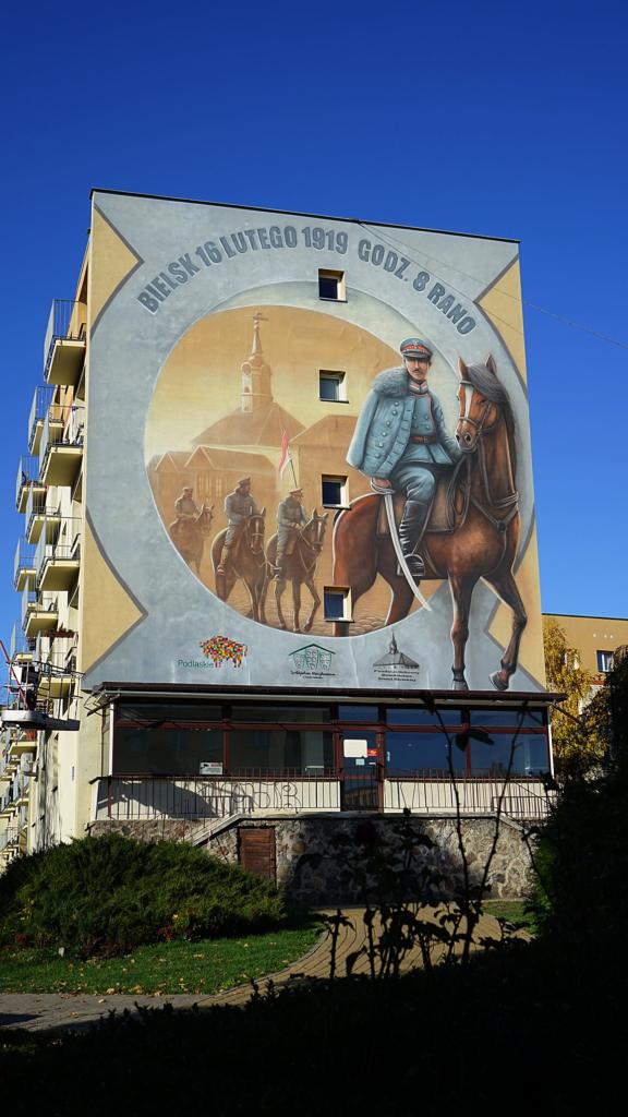 Mural historyczny przedstawiający wjazd 1. szwadronu 10. Pułku Ułanów Dywizji Litewsko-Białoruskiej do Bielska w 1919 roku