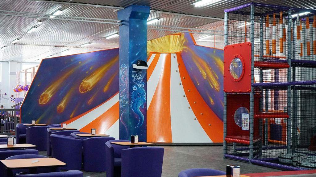 kosmiczna sala zabaw zrealizowana w centrum rozrywki HOP w Ełku